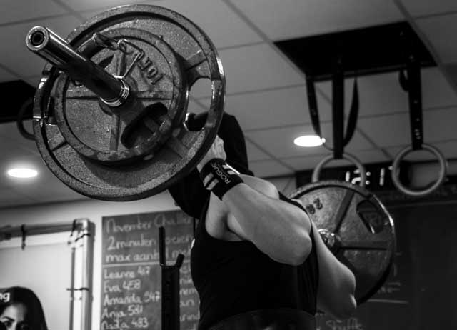 place-the-bar-on-your-trap-to-execute-the-squat